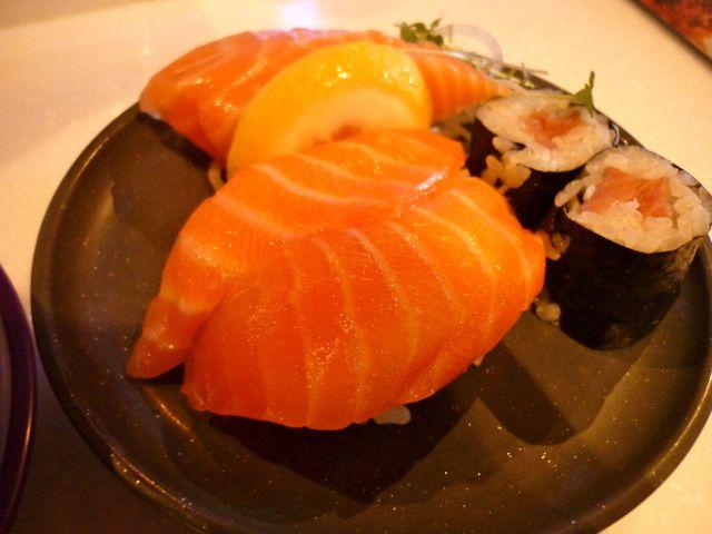 salmon sushi / sashimi